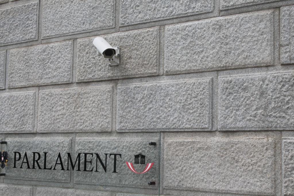 Überwachungskamera an Parlamentsgebäude